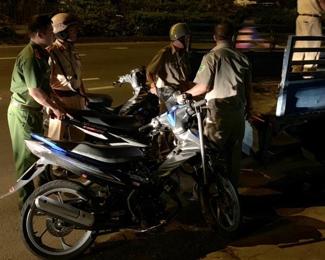 """Cảnh sát tạm giữ nhiều xe """"quái dị"""" khi đột kích bất ngờ một tiệm sửa xe  - 8"""