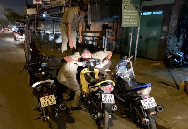 """Cảnh sát tạm giữ nhiều xe """"quái dị"""" khi đột kích bất ngờ một tiệm sửa xe  - 12"""
