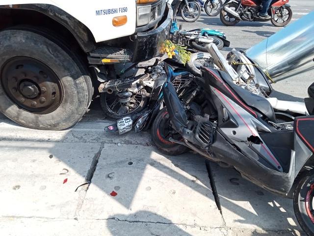 Ô tô tải mất phanh, tông 4 người nguy kịch - 2