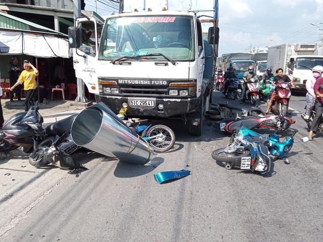 Ô tô tải mất phanh, tông 4 người nguy kịch - 1
