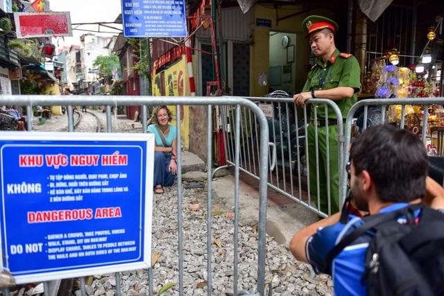 Du khách xếp hàng chụp ảnh phố cà phê đường tàu... qua rào chắn - 8