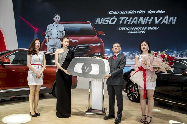 Ngô Thanh Vân nhận xe VinFast Lux SA2.0 giá hơn 1,7 tỷ đồng và sẽ mang xe lên phim - 1