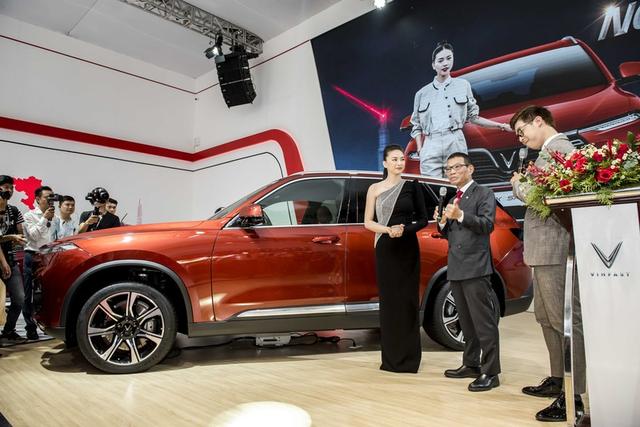 Ngô Thanh Vân nhận xe VinFast Lux SA2.0 giá hơn 1,7 tỷ đồng và sẽ mang xe lên phim - 2