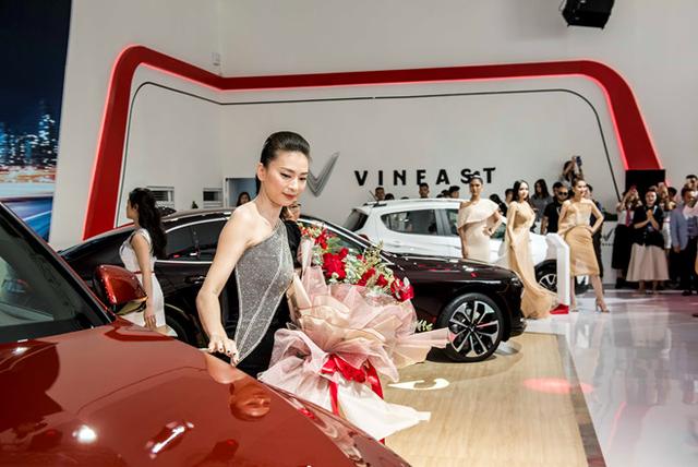 Ngô Thanh Vân nhận xe VinFast Lux SA2.0 giá hơn 1,7 tỷ đồng và sẽ mang xe lên phim - 3