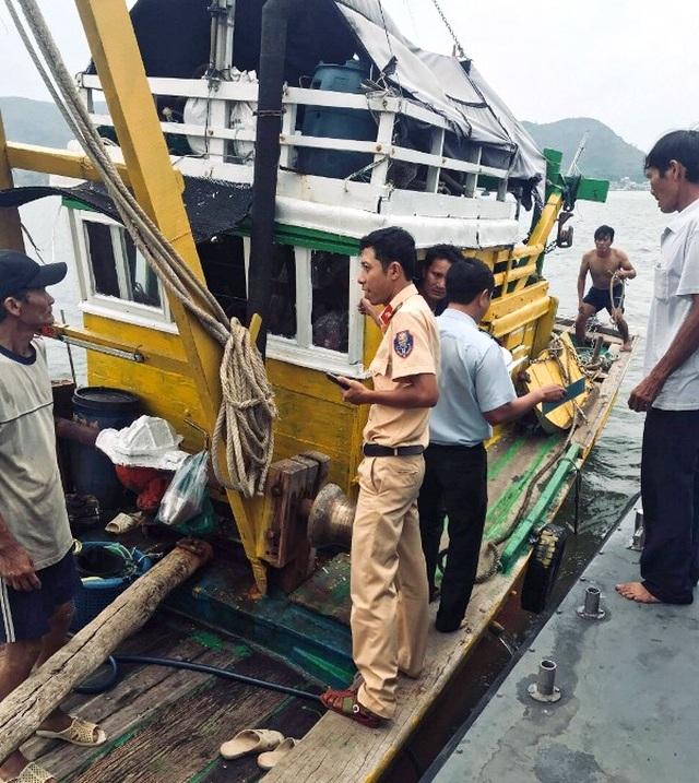 """Truy quét tàu cá hành nghề bất hợp pháp, quyết gỡ """"thẻ vàng"""" - 1"""