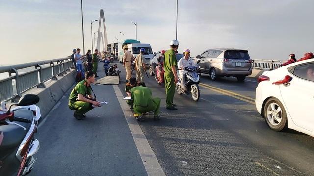 Hai xe máy va chạm trên cầu Rạch Miễu, một phụ nữ tử vong tại chỗ - 1