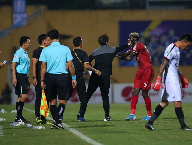 Cầu thủ TP HCM suýt bỏ trận đấu để phản đối trọng tài - 4