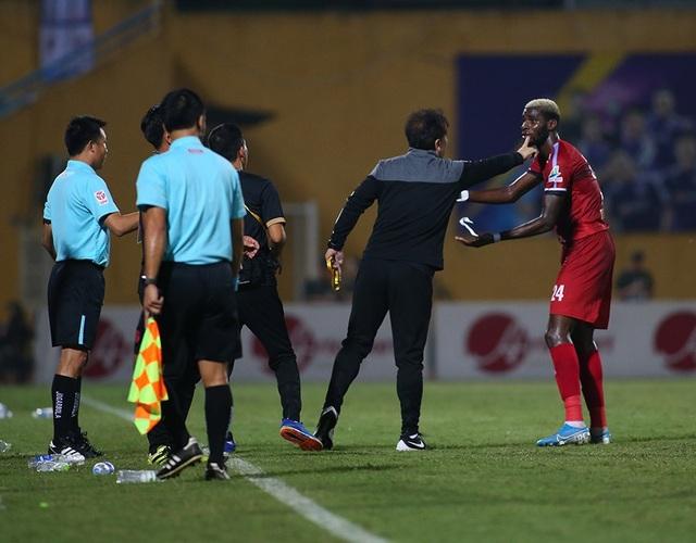 Cầu thủ TP HCM suýt bỏ trận đấu để phản đối trọng tài - 3