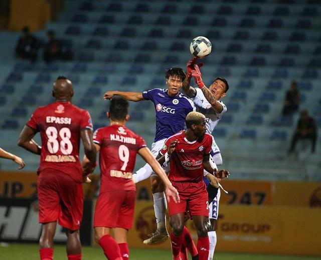Cầu thủ TP HCM suýt bỏ trận đấu để phản đối trọng tài - 2