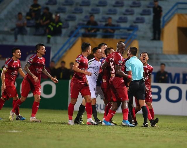 Cầu thủ TP HCM suýt bỏ trận đấu để phản đối trọng tài - 5