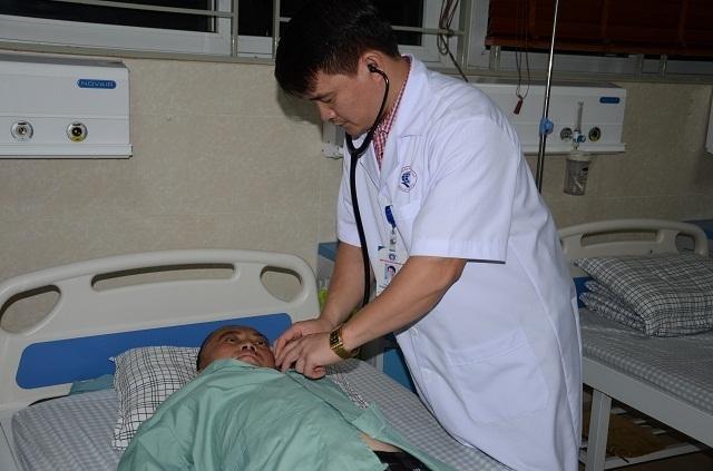"""""""Chúng tôi ra sức động viên, thuyết phục gia đình mới đồng ý ở lại tiếp tục điều trị. Tình trạng chị Sua hiện tại, nếu về nhà chắc chắn sẽ không qua khỏi."""", Bác sĩ Chung cho biết"""