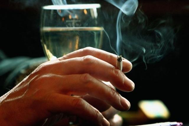 Vừa rượu, vừa thuốc dễ mắc ung thư gấp 30 lần - 1