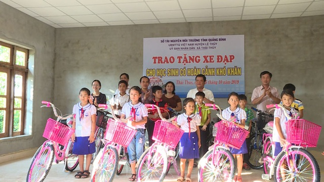 Quảng Bình: 30 học sinh nghèo vui mừng được tặng xe đạp để đến trường - 1