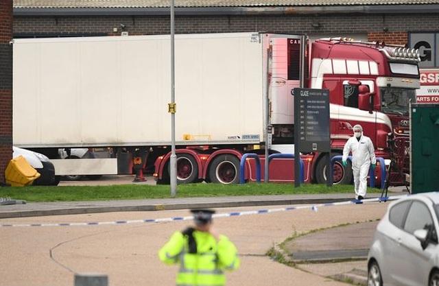 Người nhập cư vào Anh đục lỗ trên thùng xe tải để nhìn thấy ánh sáng - 2