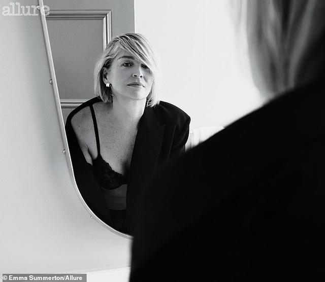 Sửng sốt trước diện mạo trẻ trung, gợi cảm của Sharon Stone - 6