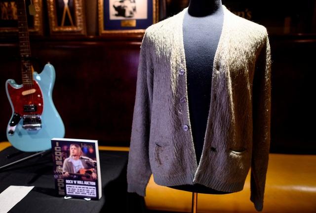 Áo len của danh ca quá cố có giá gần 8 tỷ đồng - 2