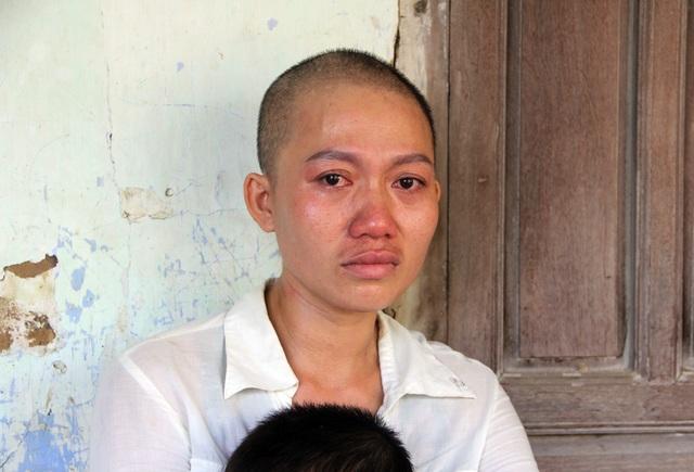 Xót xa cảnh người mẹ ung thư vẫn phải cày ải kiếm tiền chữa bệnh cho con - 2
