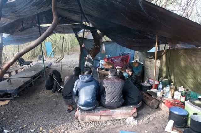 Cuộc sống  trong lều tạm của người Việt ở Pháp chờ sang Anh - 1