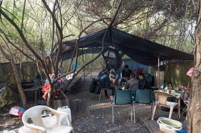 Cuộc sống  trong lều tạm của người Việt ở Pháp chờ sang Anh - 2