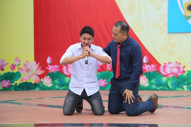 Học sinh quỳ gối, khóc nức nở nhận lỗi đã vô tâm với bố mẹ - 1