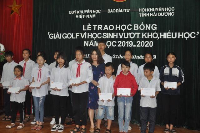 """Hải Dương: 65 học sinh giỏi nhận học bổng giải golf """"Vì học sinh vượt khó, hiếu học"""" - 2"""