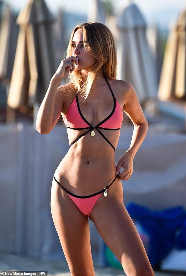 Kimberley Garner gợi cảm với bikini hồng - 2