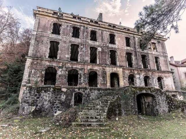 Khung cảnh ám ảnh tại những dinh thự bỏ hoang từng là biểu tượng của giàu có - 13