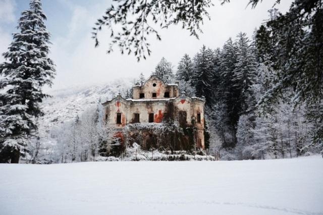 Khung cảnh ám ảnh tại những dinh thự bỏ hoang từng là biểu tượng của giàu có - 16