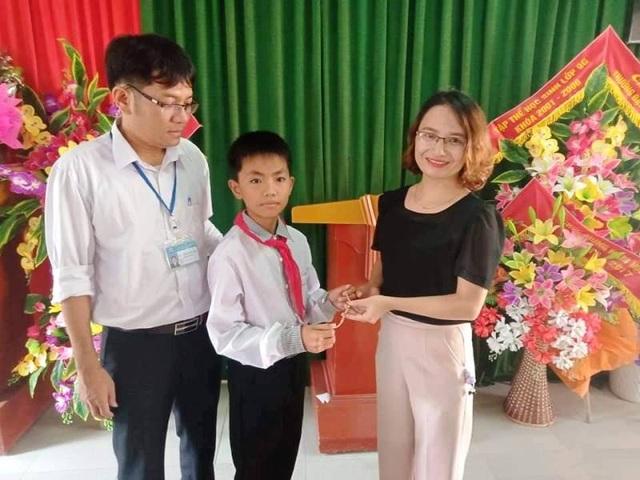Nam sinh lớp 6 trả lại kỷ vật bằng vàng cho nữ cán bộ - 1
