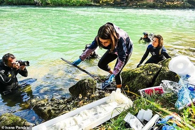 Phát hiện thanh kiếm từ thời Trung Cổ cắm vào tảng đá dưới hồ nước - 1