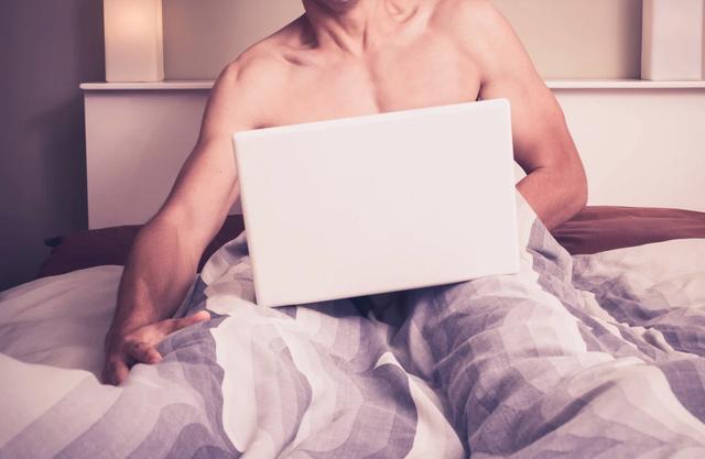 Nửa đêm thức giấc, giật mình thấy chồng đang chăm chú xem cái này trên điện thoại - 1