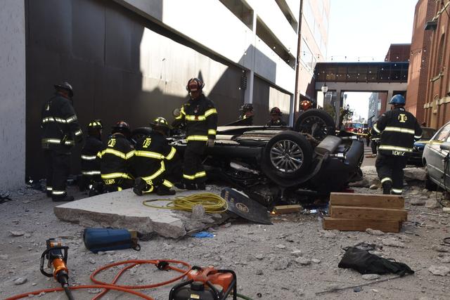 Ô tô lao từ bãi đỗ xe trên tầng 4 xuống, 2 người tử vong tại chỗ - 3