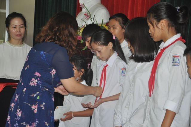 """Hải Dương: 65 học sinh giỏi nhận học bổng giải golf """"Vì học sinh vượt khó, hiếu học"""" - 8"""