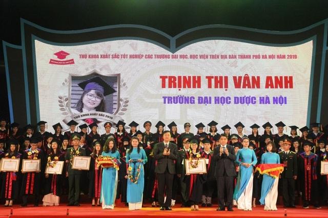 Hà Nội: Vinh danh 86 thủ khoa tốt nghiệp xuất sắc năm 2019 - 4