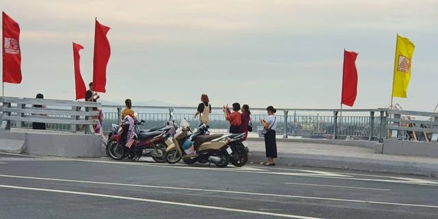 """Nam thanh nữ tú vô tư dừng xe """"check in"""" trên cây cầu """"độc và lạ"""" ở Hải Phòng - 3"""