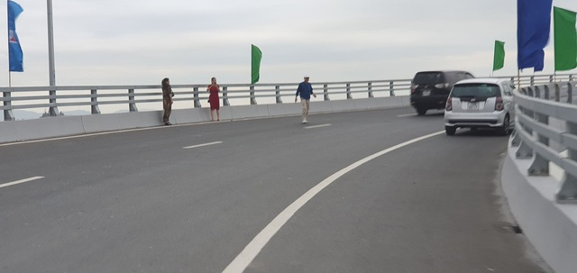 """Nam thanh nữ tú vô tư dừng xe """"check in"""" trên cây cầu """"độc và lạ"""" ở Hải Phòng - 2"""