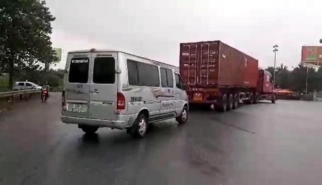 """Hà Nội: Xe khách, xe container """"rủ nhau"""" đi ngược chiều - 1"""