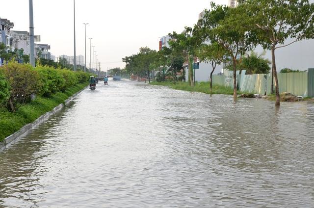 Người dân Sài Gòn vật vã lội nước về nhà - 3