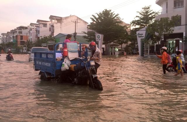 Người dân Sài Gòn vật vã lội nước về nhà - 11