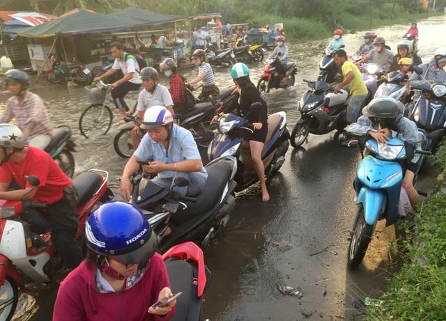 Người dân Sài Gòn vật vã lội nước về nhà - 12
