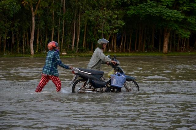 Người dân Sài Gòn vật vã lội nước về nhà - 13