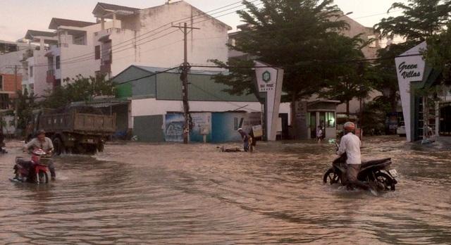 Người dân Sài Gòn vật vã lội nước về nhà - 14