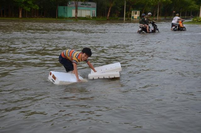 Người dân Sài Gòn vật vã lội nước về nhà - 15