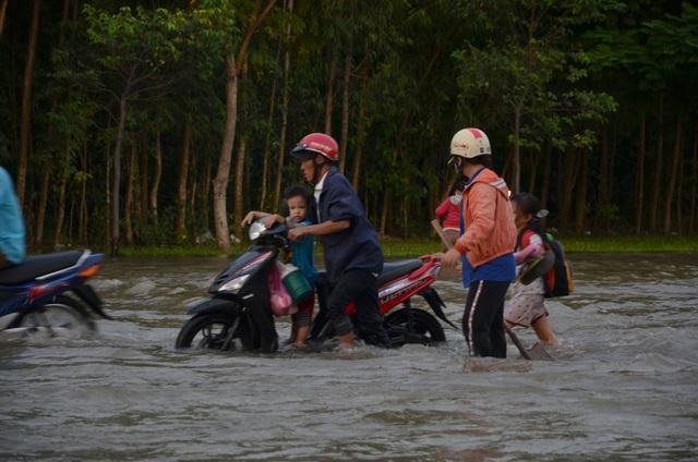 Người dân Sài Gòn vật vã lội nước về nhà - 16