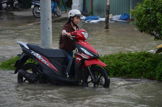 Người dân Sài Gòn vật vã lội nước về nhà - 2