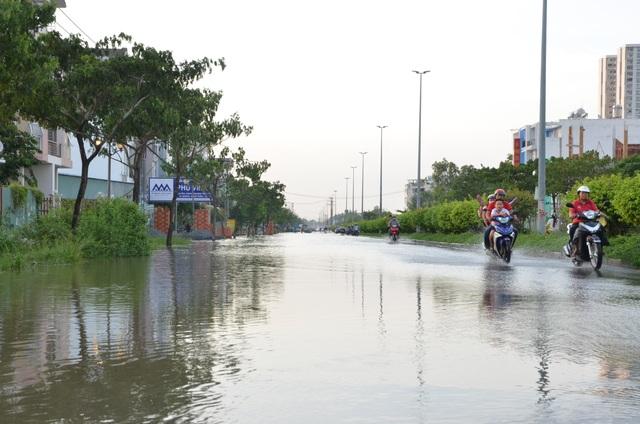 Người dân Sài Gòn vật vã lội nước về nhà - 4
