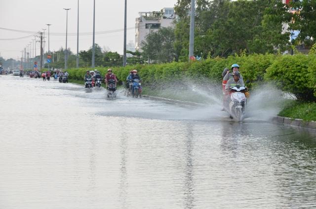 Người dân Sài Gòn vật vã lội nước về nhà - 5