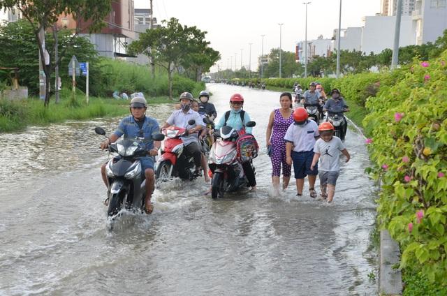 Người dân Sài Gòn vật vã lội nước về nhà - 6