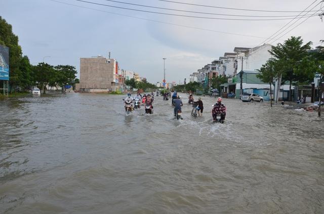 Người dân Sài Gòn vật vã lội nước về nhà - 7