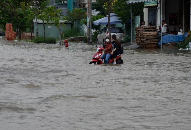 Người dân Sài Gòn vật vã lội nước về nhà - 9